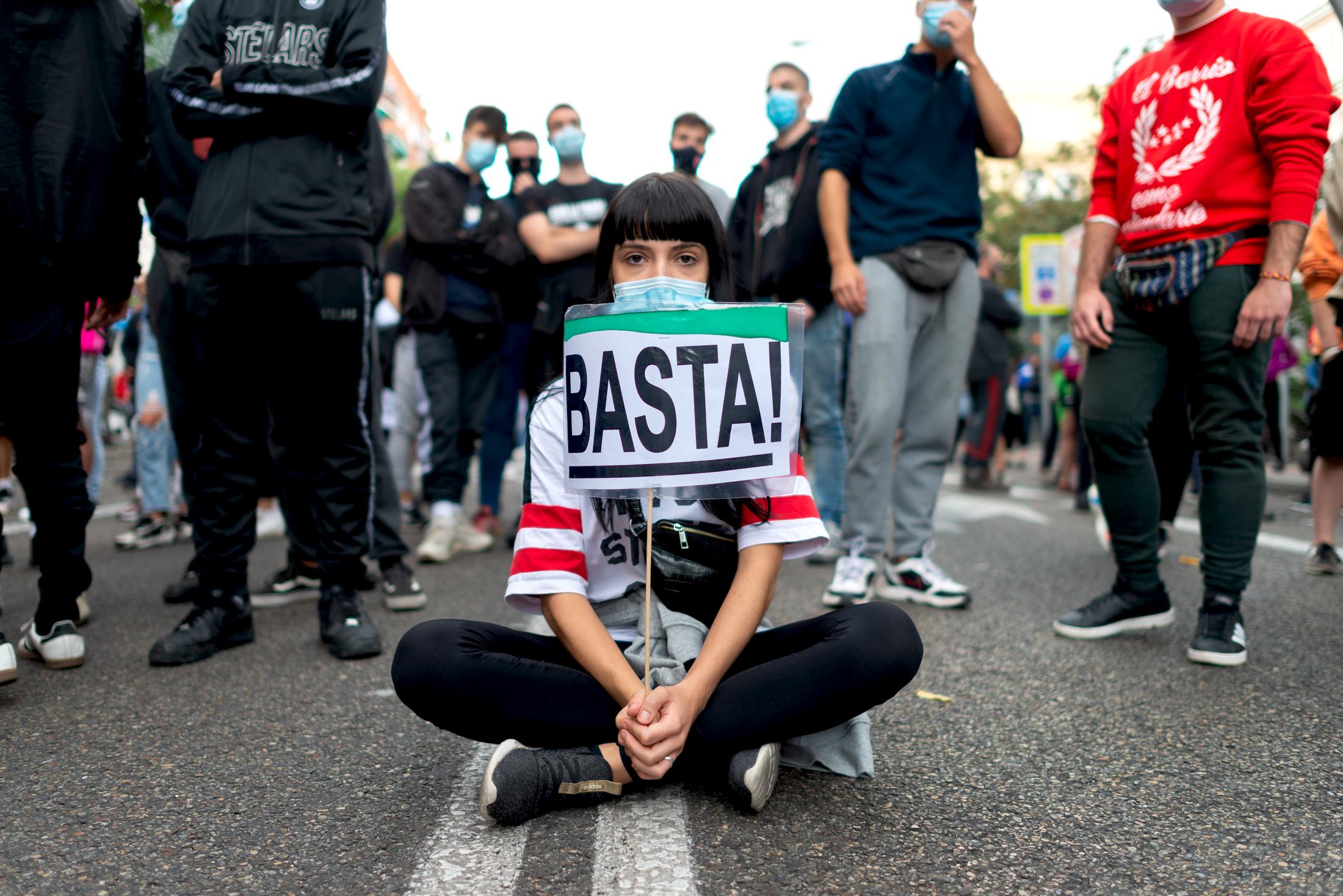 "Manifestante en Vallecas ""Basta"". Por Diego Radamés"
